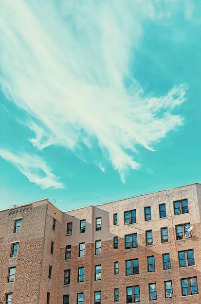 Edificio in mattoni con finestre e cielo blu Foto Gratuite