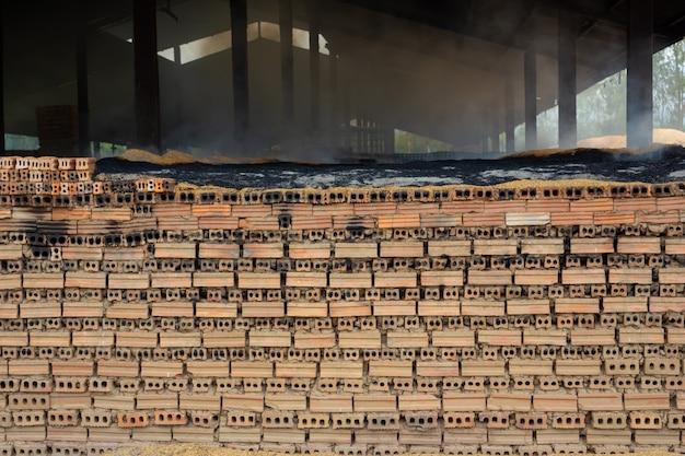 工場の床に置かれたレンガの山。 無料写真