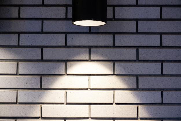 Кирпичная стена с лампой Premium Фотографии