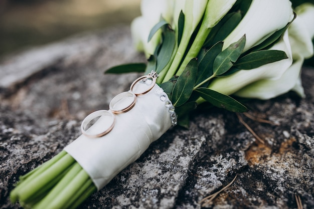 Bridal wedding bouquet isolated with rings Free Photo