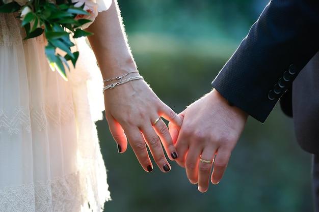 手を繋いでいる新郎新婦 無料写真