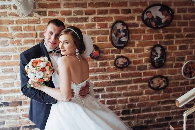 結婚式の日に新郎新婦のカップル Premium写真