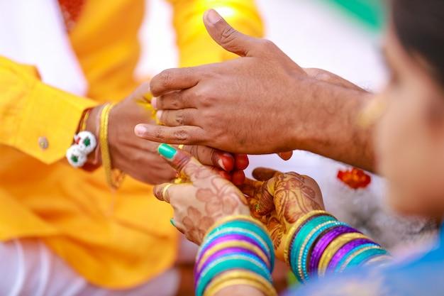新郎新婦の手、インドの結婚式 Premium写真