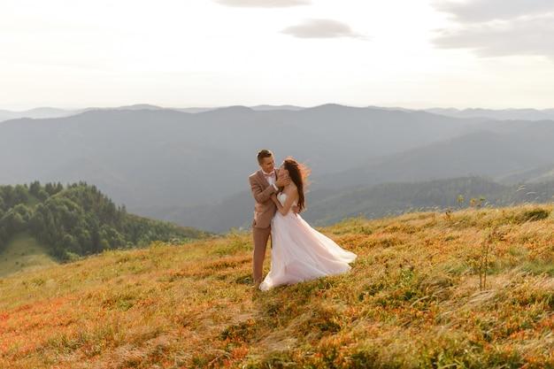 新郎新婦。山の風景の中の結婚式のフォトセッション。 Premium写真