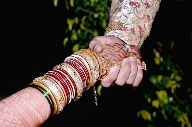 Bride & groom hand' together in indian wedding Premium Photo