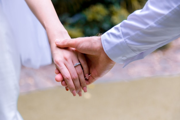 Bride and groom holding hands in wedding celemony. Premium Photo