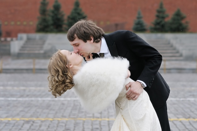 Bride and groom kissing outdoors Premium Photo