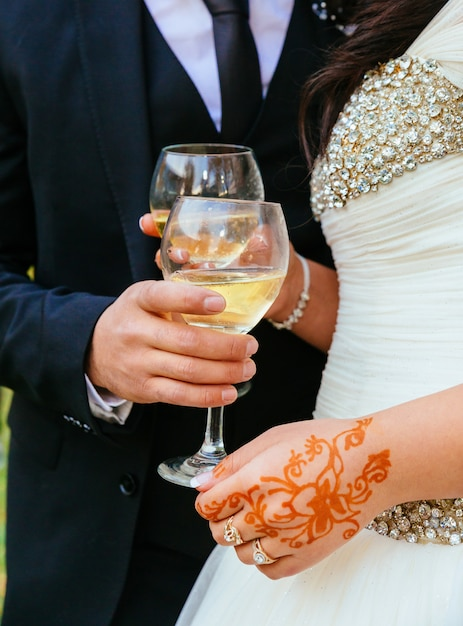 Bride and groom with glasses of champagne Premium Photo