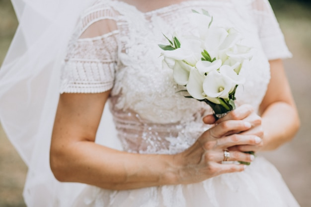 Bride holding her bouquet on her wedding day Free Photo