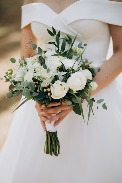 Bride holding her wedding bouquet Free Photo