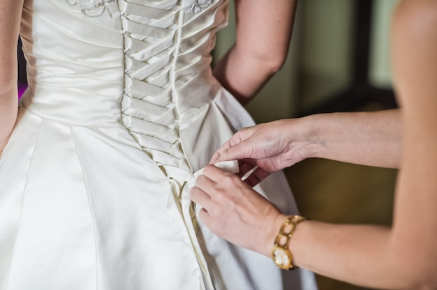 The bride is wearing a luxurious wedding dress Premium Photo