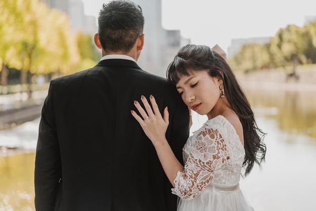 신랑의 어깨에 그녀의 머리를 쉬고 신부 무료 사진