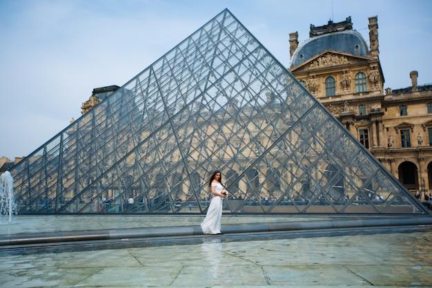 Bride in wedding dress in paris july louvre Premium Photo