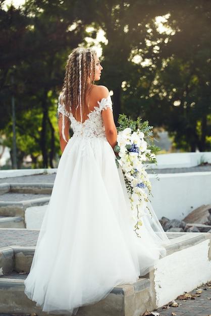 Невеста с красивым букетом орхидей Premium Фотографии