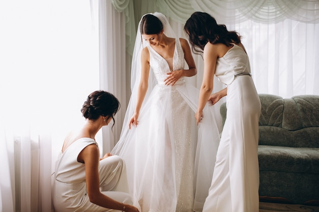 Bride with bridesmaids preparing for wedding Free Photo