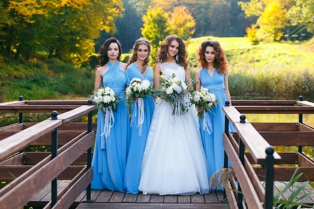 Bride with bridesmaids Premium Photo