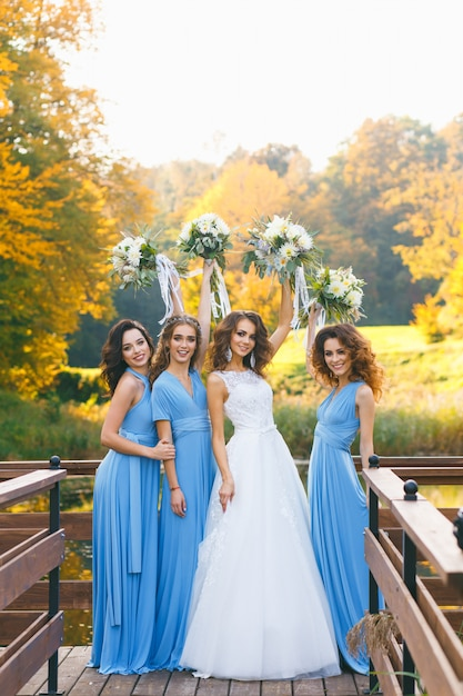 Bride with bridesmaids Premium Photo