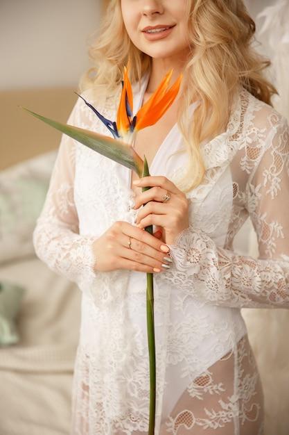 Невеста с экзотическим цветком для свадебного букета Premium Фотографии