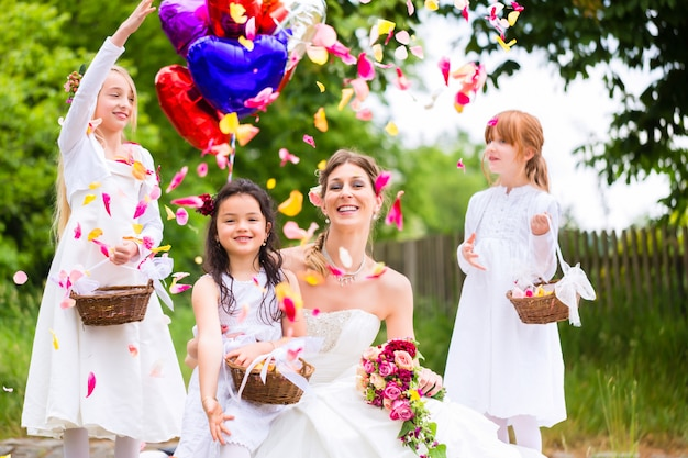Bride with girls as bridesmaids, flowers and balloons Premium Photo