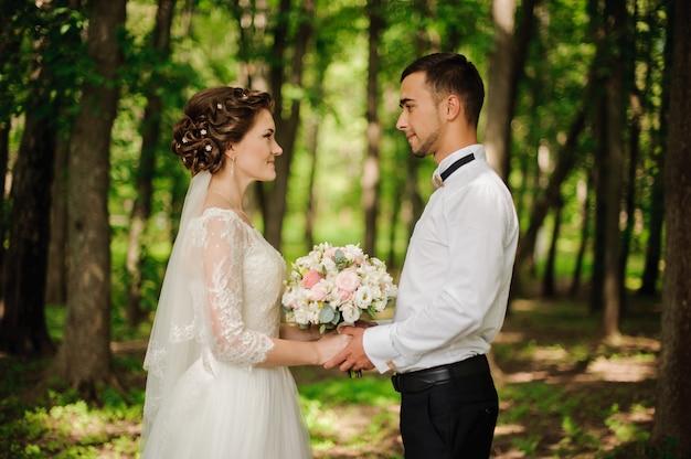 若くて美しい花嫁と花brideが手を取り合って Premium写真