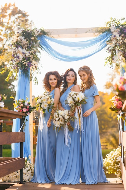 Bridesmaids in park Premium Photo