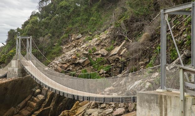Мост из дерева и металла, огибающий гору Бесплатные Фотографии