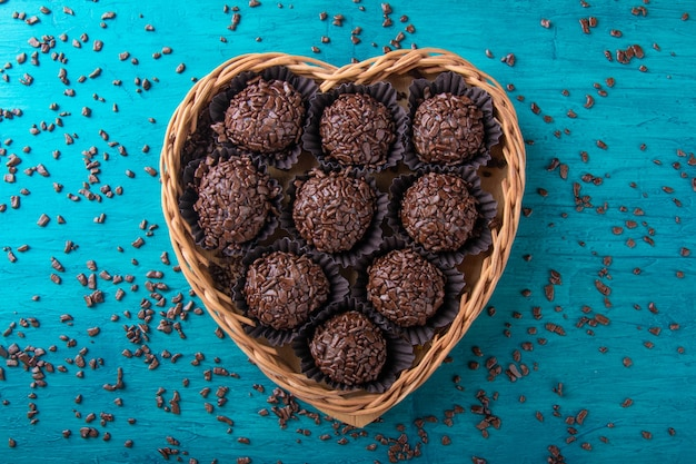 ブリガデイロ。ハート型のバスケットに入った伝統的なブラジルの甘いチョコレート。 Premium写真