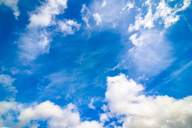 白い雲と明るい青空 無料写真