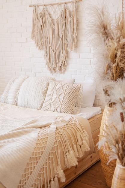 Яркая спальня в стиле бохо с декором макраме. Premium Фотографии