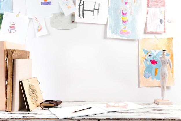 Яркое рабочее место для рисования ребенка Бесплатные Фотографии