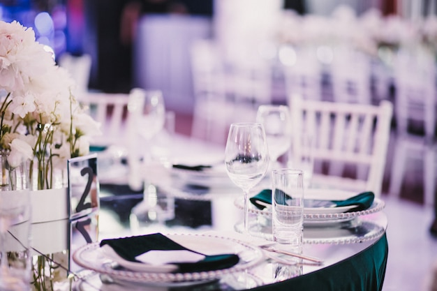 Bright classy wedding table serving Free Photo