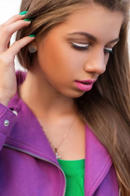 Яркий цветной портрет красивой женщины с розовыми губами и пиджаком в летний день Premium Фотографии