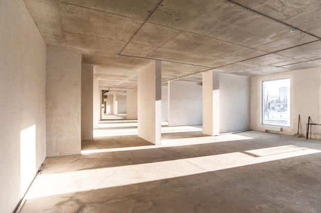 Светлая коммерческая недвижимость без отделки с оштукатуренными окнами Premium Фотографии