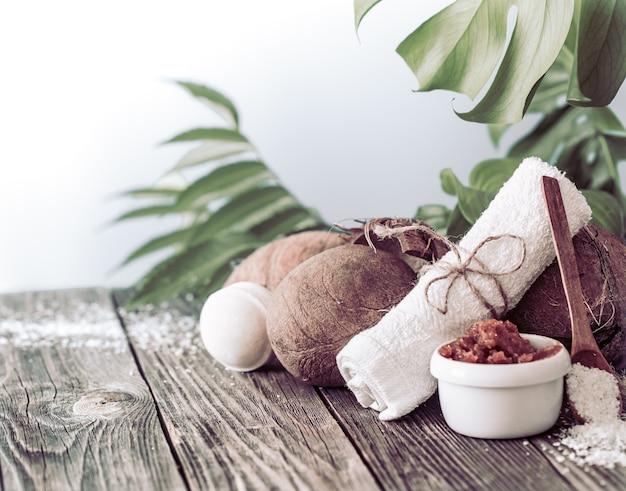 Composizione luminosa con foglie tropicali. prodotti naturali dayspa con cocco Foto Gratuite