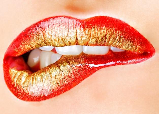인간의 입술의 밝은 패션 골든 레드 메이크업 무료 사진