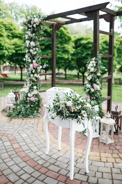 Bright flowers to decorate the wedding day Free Photo
