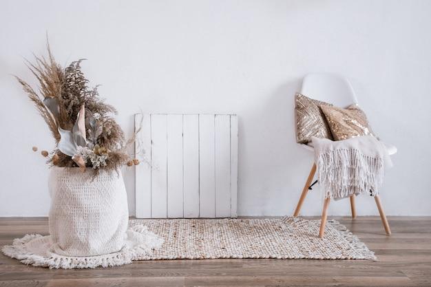 Interni luminosi di una stanza accogliente con una sedia e decorazioni per la casa. Foto Gratuite