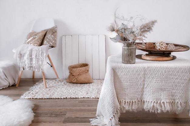 Яркий интерьер уютной комнаты со стулом и предметами интерьера. современный интерьер, детали и декор. Premium Фотографии