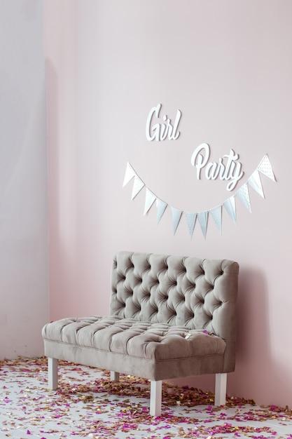 Светлая комната с диваном Premium Фотографии