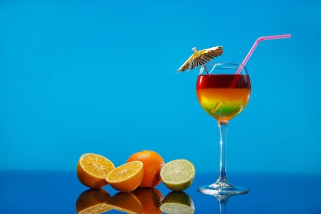 유리와 과일에 밝은 여름 칵테일 프리미엄 사진