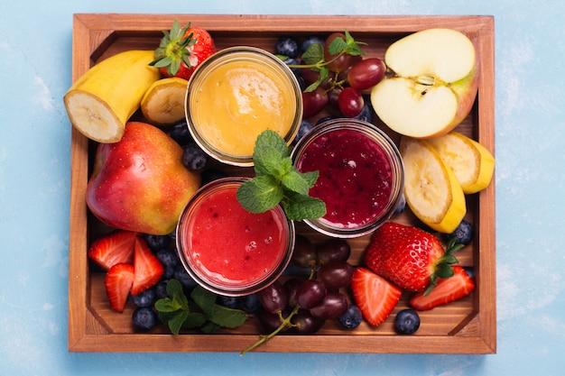 Bright summer smoothies in glass jars Premium Photo