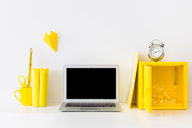 Яркое рабочее место в белых и желтых цветах с будильником Бесплатные Фотографии