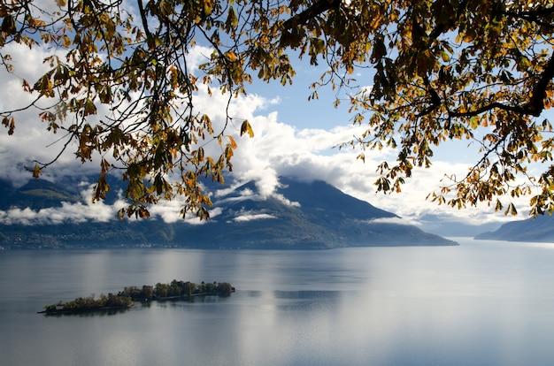ブリッサゴ諸島とマッジョーレ湖の枝とスイス、ティチーノの山々 無料写真