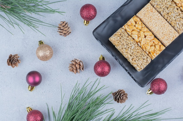 Caramelle fragili sulla banda nera con ornamenti natalizi. Foto Gratuite