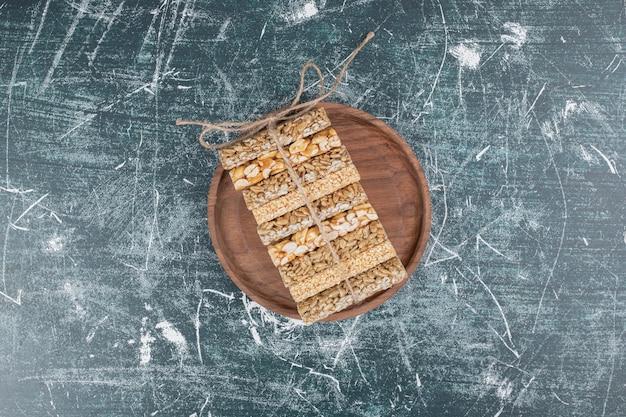 木の板にロープで結ばれたもろいキャンディー。高品質の写真 無料写真