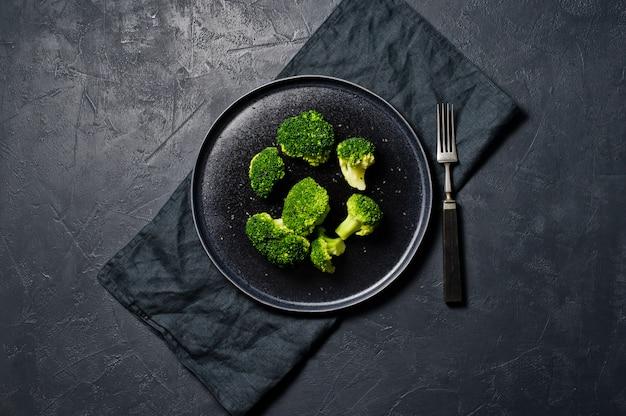 Broccoli on a black plate. Premium Photo