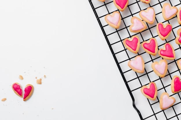 Разбитое печенье в форме сердца на день святого валентина на белом Premium Фотографии
