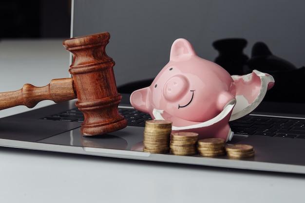 Сломанная копилка со стопкой монет и деревянным молотком. концепция бизнеса, финансов и банкротства Premium Фотографии