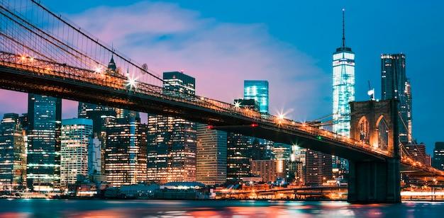 夕暮れ時、ニューヨーク市のブルックリン橋 Premium写真