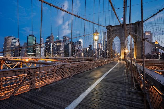 ニューヨークの日の出のブルックリン橋。 無料写真